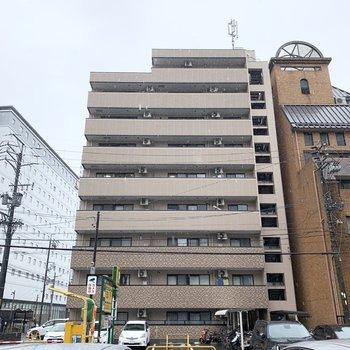 9階建ての鉄骨マンションです。