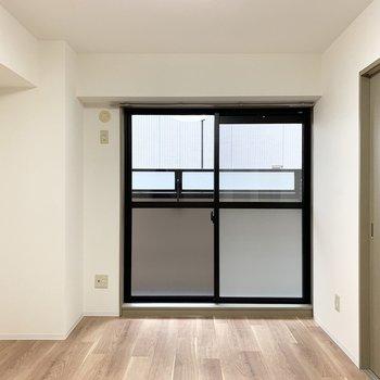 【洋6】こちらがもうひとつの洋室。ベランダに面したお部屋です。(※写真は1階の同間取り別部屋のものです)