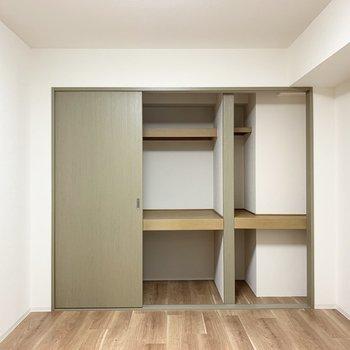 【洋5.68】押入れタイプの収納で容量たっぷり。(※写真は1階の同間取り別部屋のものです)