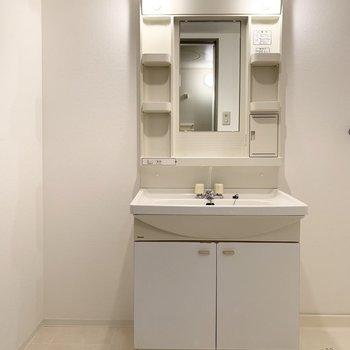 洗面台の横にスペースがあるので棚を置いたら便利そう◎(※写真は1階の同間取り別部屋のものです)