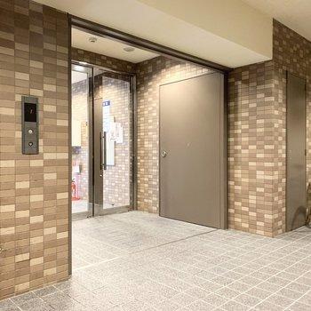 エントランスとエレベーターホールはタイルで空間の変化を。