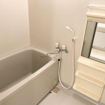 お風呂もシンプルですが、広さはゆったり。(※写真は1階の同間取り別部屋のものです)