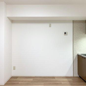 冷蔵庫やキッチン家電はこちらの壁沿いに。(※写真は1階の同間取り別部屋のものです)