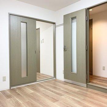 【洋5.68】廊下とお隣の洋室と2アクセスのお部屋です。(※写真は1階の同間取り別部屋のものです)