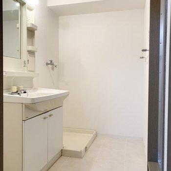 おトイレのお隣がユーティリティ。(※写真は1階の同間取り別部屋のものです)