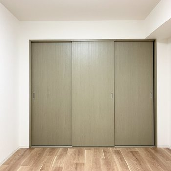 【洋5.68】こちらがユーティリティお向かいの洋室。(※写真は1階の同間取り別部屋のものです)