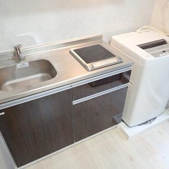 キッチンと洗濯機はおとなりに。油はねなどが気になるので、洗濯機にはカバーを!