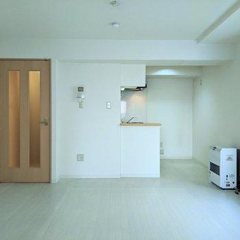 【LDK】白を基調としたシンプルな空間です。落ち着いたインテリアを取り入れるといいですね。