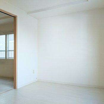 【洋室】ベッドは壁側に置くと良さそうです。