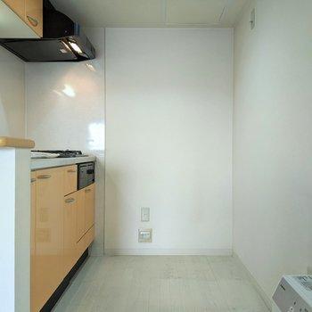 【LDK】キッチンは広め。冷蔵庫、家電など置くことができます。