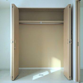 【洋室】クローゼットは大容量です◎ハンガー掛けがあるので衣類も入りますよ。