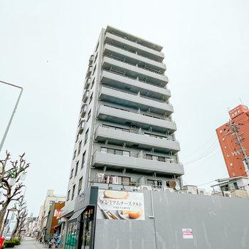 大通り沿いに立つ、10階建てのマンションです。