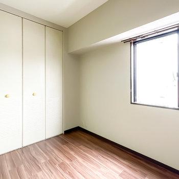 廊下にはもうひとつ洋室が。西側に窓がある、4帖の広さのお部屋です。