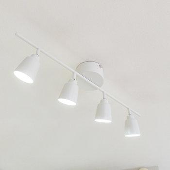 キッチンの上には明るいスポットライトが備え付け。