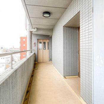 玄関前の共用部も少し古さがありますが、エレベーターなどの設備はしっかりしています。