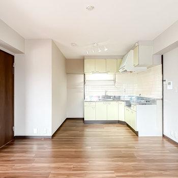 奥にはL字型のキッチンがどーんと鎮座しています。左のドアから洋室へ。