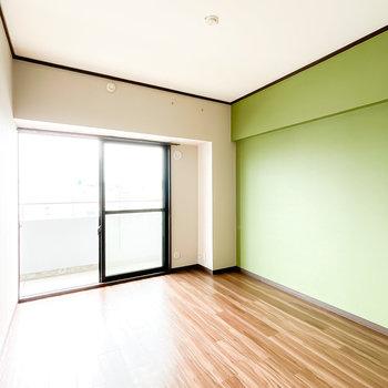 6帖の洋室にはポップなグリーンのアクセントクロス!個性的なインテリアも似合いそう。