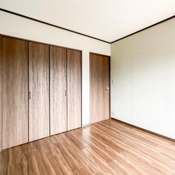 反対側の壁も薄っすらとグレーに。ドアの横には収納が。