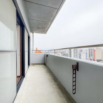 ベランダは2室分の横幅があり、とっても広々。角部屋なので景色の抜けもあります。