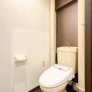 トイレも配管がレトロですが、ウォシュレットが設置されています。