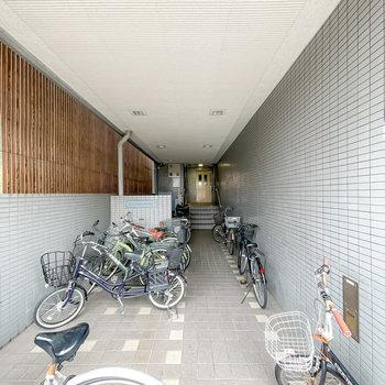1階のエレベーターへのアプローチは駐輪場としても使われているようです。