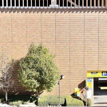 眺望は商業施設の駐車場。