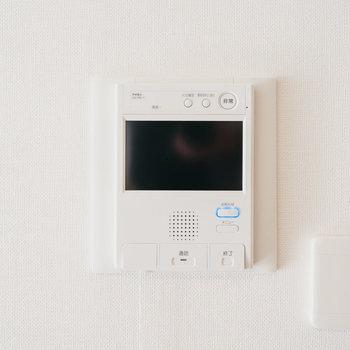 モニター付きインターフォンがついています。※写真は同間取りの別部屋