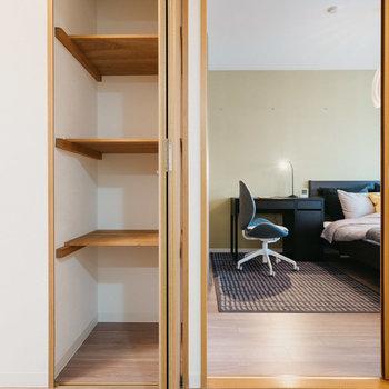 廊下にも収納あり。※写真は同間取りの別部屋、家具は付属しません
