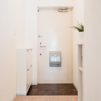 玄関はこちら。シューズクローゼットは付属しませんので、ご自身でご用意を。※写真は同間取りの別部屋