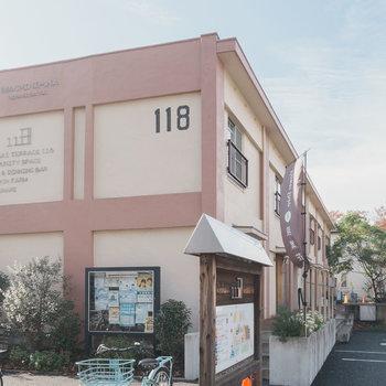 もともと住居だった建物を利用し、かわいらしくコミュニティ拠点として生まれ変わった「ひばりテラス118」