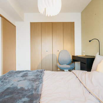 ベッドの横にデスクを配置する余裕があります。※写真は同間取りの別部屋、家具は付属しません