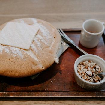 名物の「カステラパンケーキ」をいただいてみました。インパクトのあるボリューム!ふわふわで絶品でした。