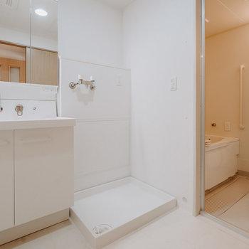 こちら脱衣所スペース。洗濯機置き場が脱衣所にあるのはとても便利ですよね。※写真は同間取りの別部屋