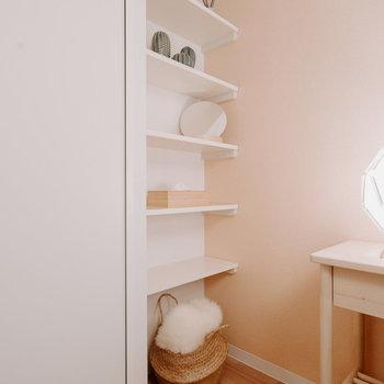 クローゼット隣にオープンな収納も。※写真は同間取りの別部屋、家具は付属しません