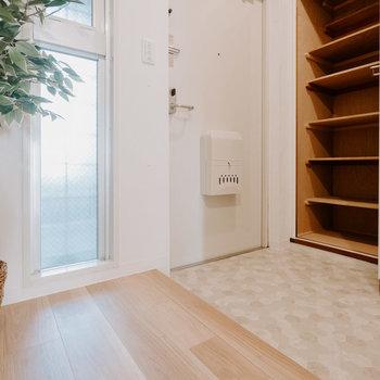 玄関も雰囲気良いです。シューズクローゼットが大きいですね!※写真は同間取りの別部屋、家具は付属しません