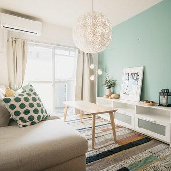 リビングのアクセントクロスはグレイッシュなグリーン。※写真は同間取りの別部屋、家具は付属しません