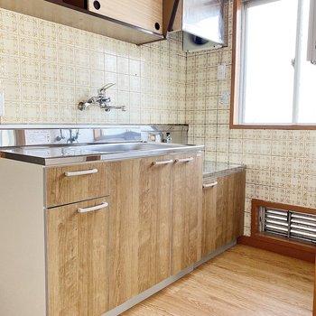 キッチンスペースは横に小窓があるから換気も容易い◯