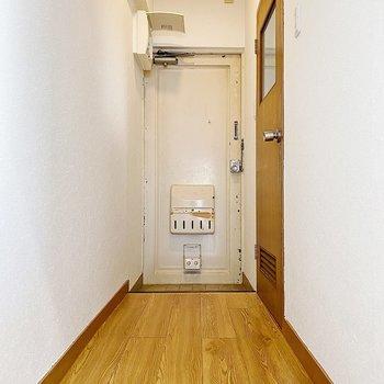 廊下も長め。では、水回りへ。右に見えるドアを開けてみましょう。