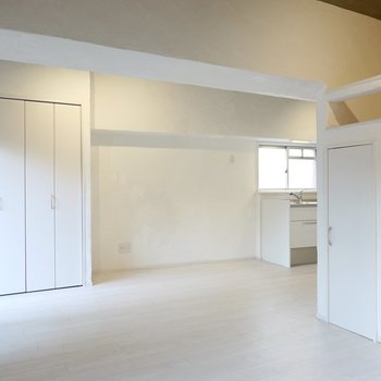大きな梁が空間をゆるっと仕切り、キッチン側にも空間が開けています。