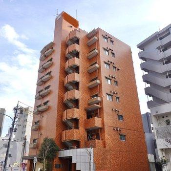 洗練された街にあるレンガ張りのマンション。その2階にこちらのお部屋はあります。