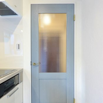 玄関へのドアにもこだわりが。くすんだブルーも、チェッカーガラスも可愛らしい◎