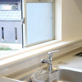 窓があって換気もしやすい。窓際のスペースは調味料やキッチンツールの見せる収納に最適。