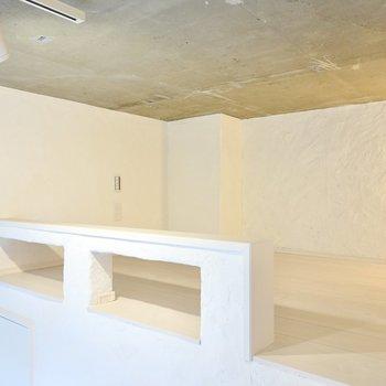 広さは4帖ほど。手元に照明のスイッチがあるので、寝室にするのが良さそう。