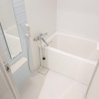 お風呂は恐らく既存品ですが、水色のアクセントパネルが爽やかな気分に。