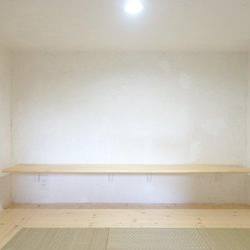 中は照明付き。カウンターはコンセント付きなので、ちょっとした作業スペースにもなりそう。