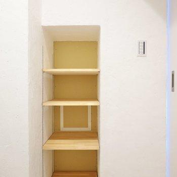 右側には壁に埋め込まれた可動棚。着替えやタオルも、魅せるように収納できます。