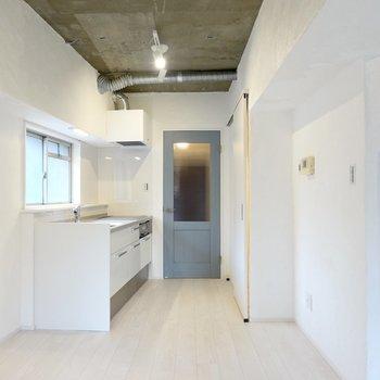 キッチンスペースも漆喰塗りの開放的な空間。