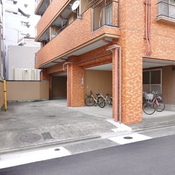 エントランスがある道路から住宅街側に入ると、屋根付きの駐輪場もあります。