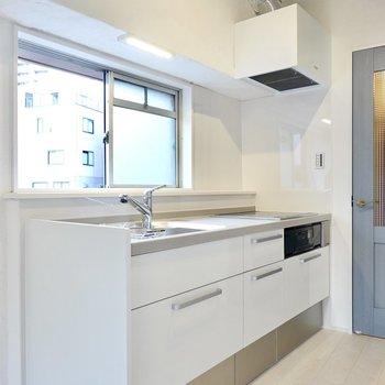 壁付けキッチンはまるっと新品に。吊戸棚が無い分、開放的な気分で料理に向かえそう。