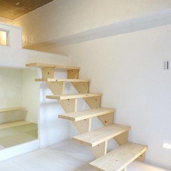 無垢材で出来た階段を上がってロフトへ。階段下を本棚にしたらきっと素敵。